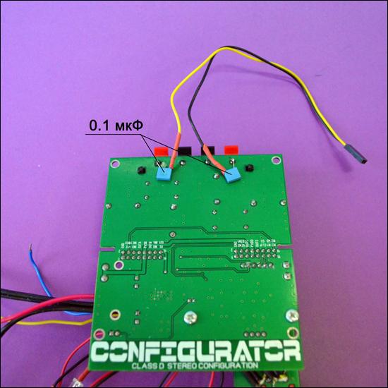Mohu připojit dva zesilovače k jednomu kondenzátoru