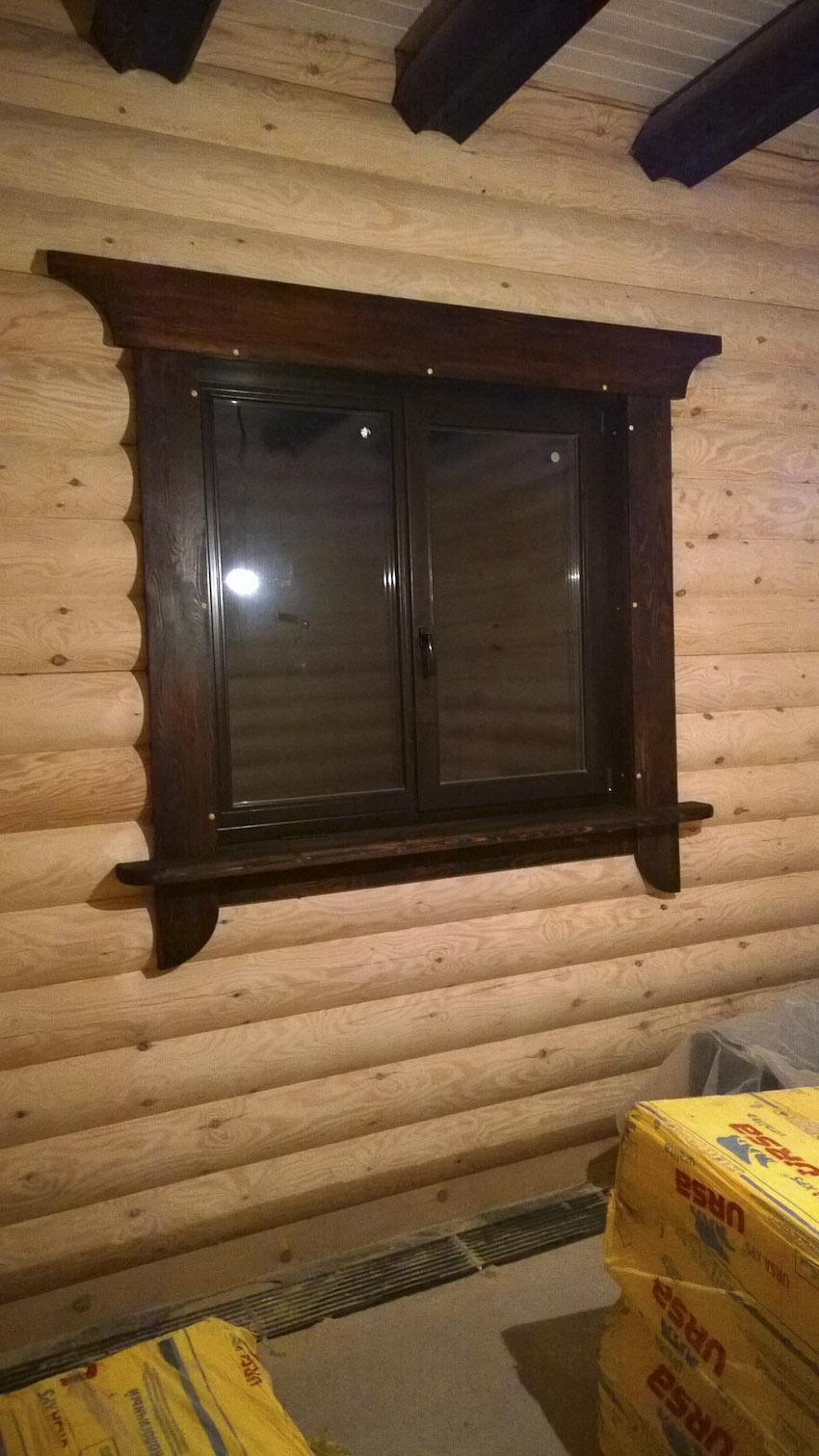 Pencereleri veya kapıları monte ederken bir ahşap evde kasa