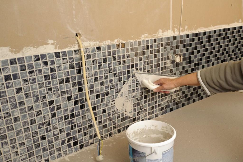 Come incollare un mosaico su un pannello a parete come incollare